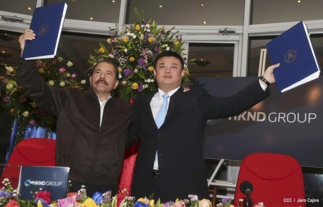 Le président nicaraguayen, Daniel Ortega, et l'entrepreneur chinois, Wang Jing, après la signature de l'accord sur le canal, le 14 de juin à Managua.