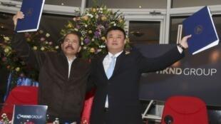 Daniel Ortega y Wang Jing, después de la firma de la concesión, este 14 de junio en Managua.