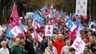 Участники «Манифестации для всех» призвали Франсуа Олланда отменить закон об однополых браках, 5 октября 2014