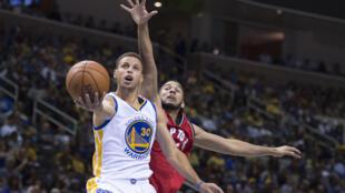 Le meneur de jeu des Warriors de Golden State, Stephen Curry (au premier plan).
