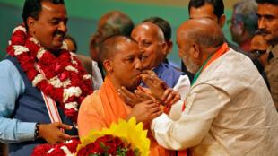 Yogi Adityanath (au centre), après sa nominationpar le BJP à la tête de la région la plus peuplée du pays, l'Uttar Pradesh.
