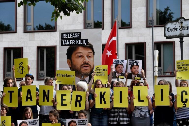 Biểu tình trước sứ quán Thổ Nhĩ Kỳ tại Berlin, Đức, đòi trả tự do cho ông Taner Kiliç. Ảnh ngày 15/06/2017.
