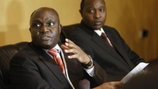 Crispus Kiyonga (g), le ministre de la Défense et médiateur ougandais.