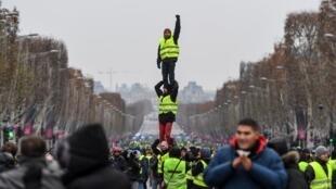 """Manifestação dos """"Coletes Amarelos"""" na Avenida dos Campos Elísios, em Paris. 15 de Dezembro de 2018."""