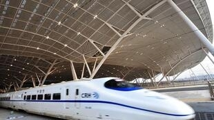 Xe lửa cao tốc, biểu tượng cho sự thành công của TQ trong các ngành công nghệ cao.