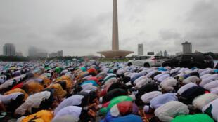 """Dân Hồi Giáo Indonesia trong buổi cầu nguyện thứ Sáu tại """"Monas"""" và đòi đô trưởng Jarkarta từ chức vì """"báng bổ"""" kinh Coran, ngày 02/12/2016."""