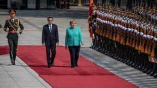 Thủ tướng Đức Angela Merkel (P), duyệt hàng quân danh dự cùng thủ tướng Trung Quốc, Lý Khắc Cường tại Bắc Kinh ngày 06/09/2019.