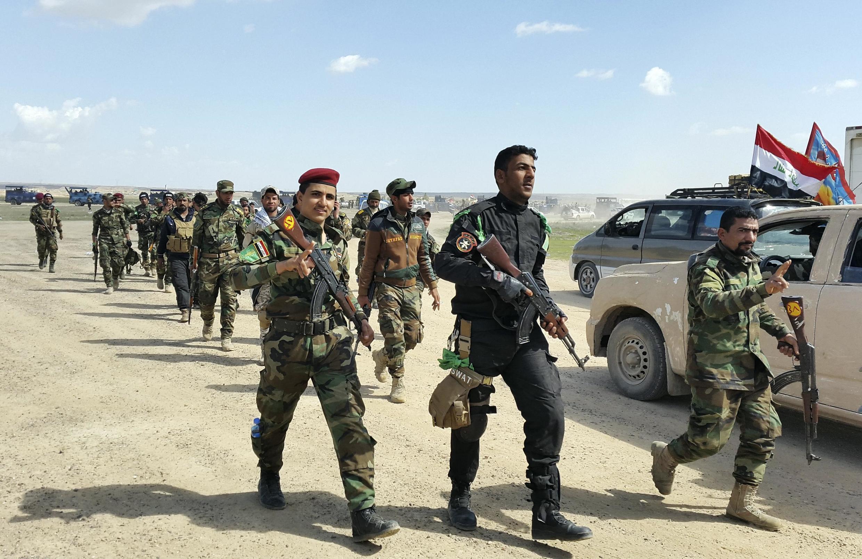 Apoiadas por milícias xiitas, as Forças Armadas iraquianas em operação para recuperar a cidade de Tikrit do grupo Estado Islâmico.