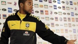 Robinho antes da coletiva à imprensa nesta quinta-feira, em Joanesburgo.