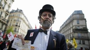 Левый фронт провел манифестацию протеста против политики Олланда в Париже, 12 апреля 2014
