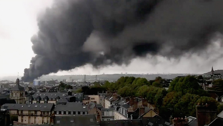 Un épais panache de fumée noire s'élève de l'usine Lubrizol, à quelques kilomètres de Rouen, le 26 septembre 2019.