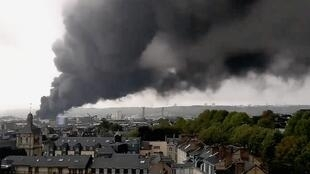 Un épais panache de fumée noire s'élève de l'usine Lubrisol, à quelques kilomètres de Rouen, le 26 septembre 2019.