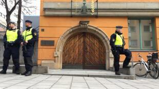 Guardam na porta do tribunal de Estocolmo