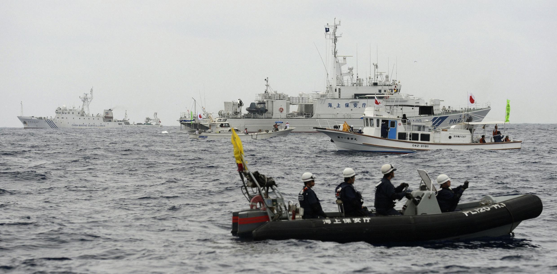 Tàu tuần duyên treo cờ Nhật Yoshino tìm cách chặn tàu hải giám Trung Quốc (REUTERS /Kyodo)