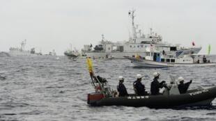 Tàu tuần duyên Nhật Bản chặn tàu hải giám Trung Quốc. Ảnh chụp ngày 26/05/2013.
