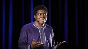 Étienne Minoungou lors d'une représentation de son spectacle spectacle «Traces - Discours aux nations africaines».