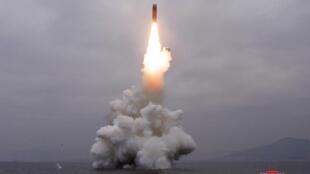 朝中社2019年10月2日發布的新聞圖片,畫面疑似是自潛艇發射彈道導彈場景。時間地點不詳