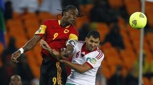 O Palanca Negro Manucho cabeceando a bola  antes do marroquino Adil Hermach no CAN 2013