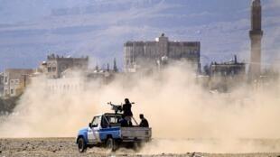 Wapiganaji wanaounga mkono waasi wa Houthi karibu na mji mkuu wa Yemeni Sanaa (picha ya kumbukumbu).