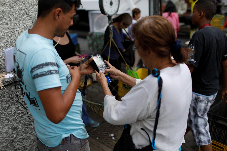 Ảnh minh họa : Một khu chợ tại Caracas. Tìm mua jambon ? Ảnh 19/12/2017.