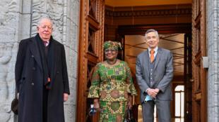 La economista nigeriana Ngozi Okonjo Iweala (centro) junto a los Directores Generales Adjuntos de la OMC, Alan Wolff (izq) y Karl Brauner el 1 de marzo de 2021 en Ginebra