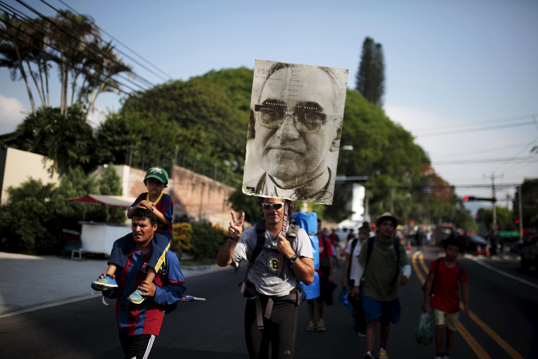 Retrato de Monseñor Oscar Romero llevado por pelegrinos el 22 de mayo de 2015 en El Salvador.
