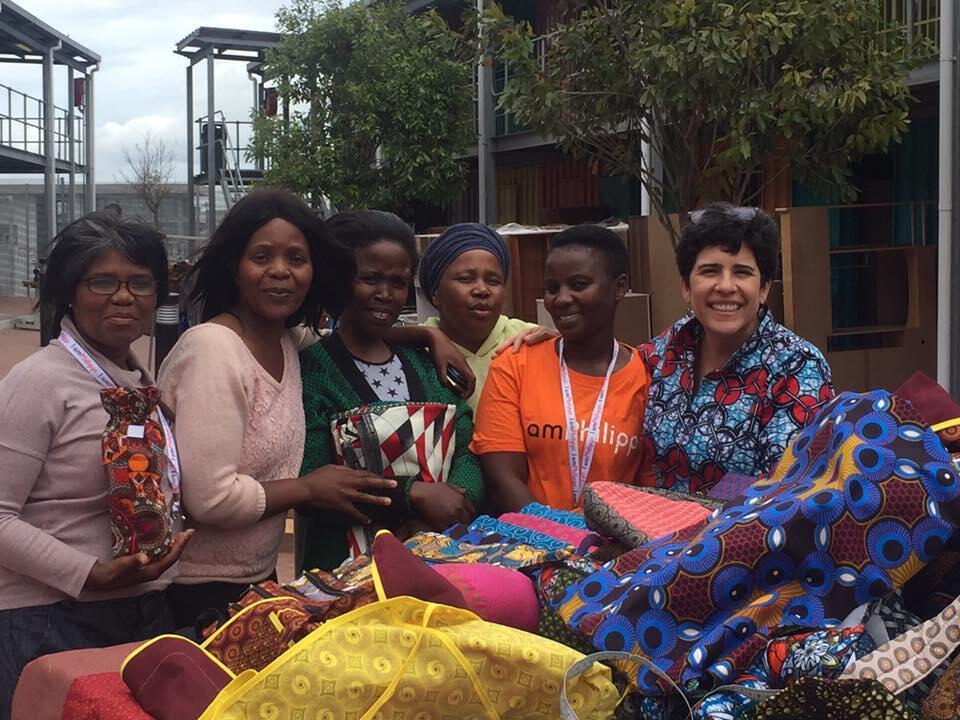 A brasileira Mila Moreano ensina corte e costura para mulheres carentes na África do Sul