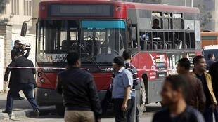 Ônibus que foi alvo de atentado à bomba perto da Universidade de Al-Azhar, no Cairo, é filmado por jornalistas nesta quinta-feira, 26 de dezembro de 2013.