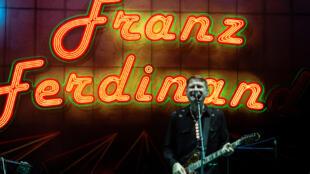 Alex Kapranos, chanteur et guitariste du groupe écossais Franz Ferdinand lors d'un concert en Espagne le 21 juillet 2019.
