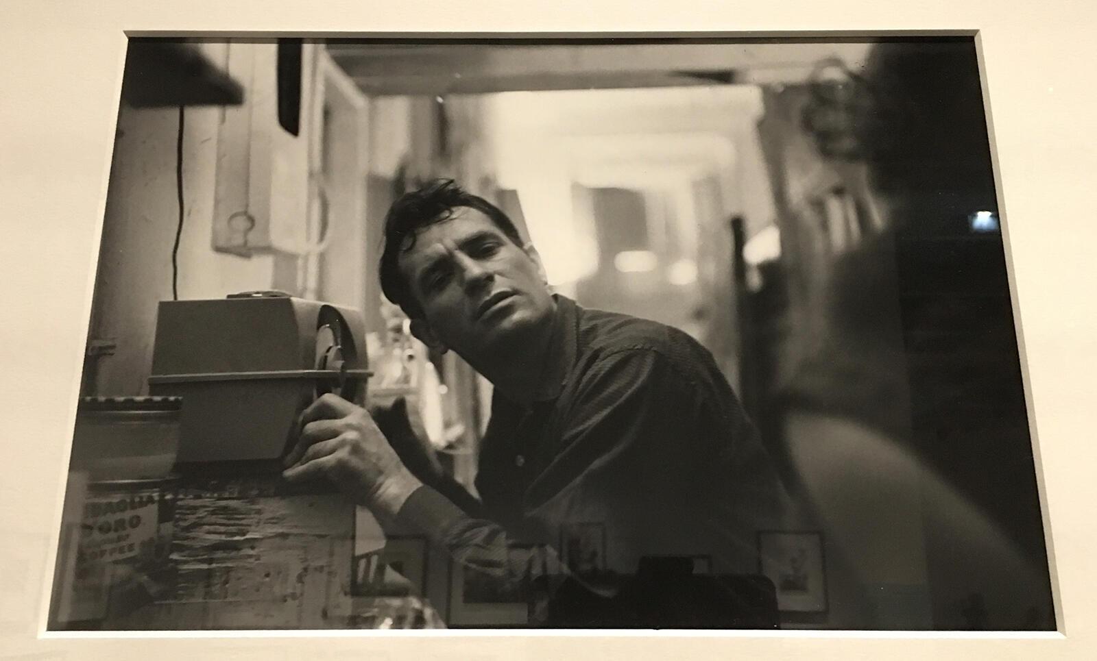 Photo prise par John Cohen de Jack Kerouac écoutant la radio.