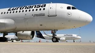 Unos aviones de la compañía Lufthansa permanecen estacionados junto a una pista cerrada del aeropuerto de Fráncfort, el 23 de marzo de 2020 en la ciudad alemana
