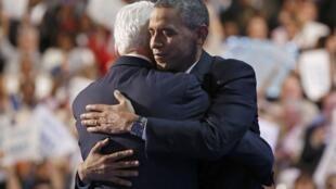 Barack Obama abraça Bill Clinton depois de ser nomeado candidato à presidência na convenção democrata de 5 de setembro
