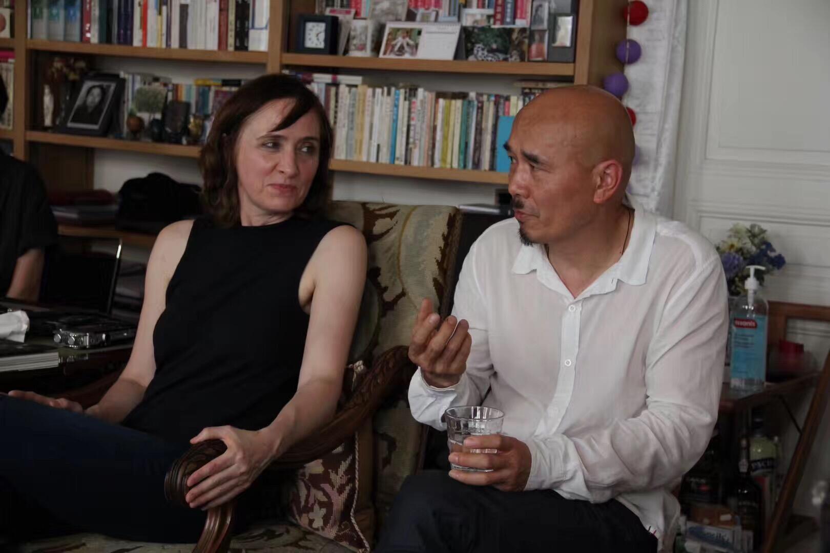 """国际策展人与独立艺术评论家杨天娜与自由艺术家杨诘苍夫妇2018年5月26日在安琪主持的巴黎""""自由谈""""沙龙演讲。"""