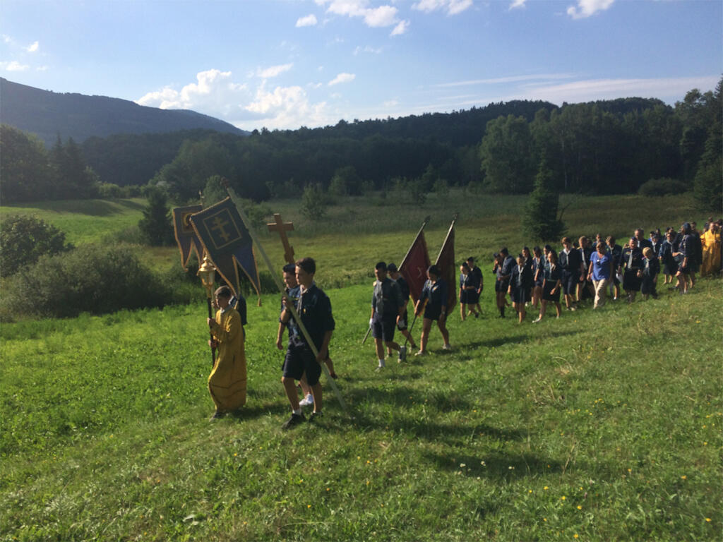 Procession religieuse au camp d'été de l'organisation de jeunesse « Vitiaz » dans les Alpes françaises.