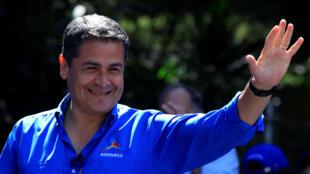 El candidato Juan Orlando Hernández saluda durante un acto de campaña en Tegucigalpa, el 19 de noviembre de 2017.