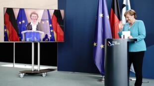 德國總理默克爾與歐盟委員會主席馮德萊恩7月2日聯合主持視頻新聞發布會。