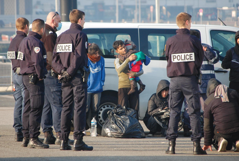 Des officiers de police contrôlent une famille de migrants près du port de Calais, le 9 avril 2020.
