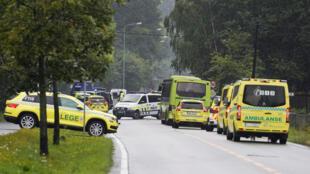 Polícia e ambulâncias chegam a mesquita perto de Oslo depois de tiroteio neste sábado