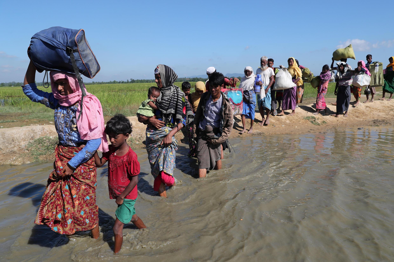 Des réfugiés Rohingyas marchent vers le camp de Cox's Bazar, le 19 novembre 2017, après avoir franchi la frontière à Anuman.