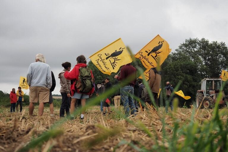 Các thành viên Liên Đoàn Nông Dân Pháp giương cờ và chiếm giữ khu đất mà các nông trại Trung Quốc mua, ở Murs, gần Chatillon-sur-Indre, Pháp, ngày 29/08/2018.