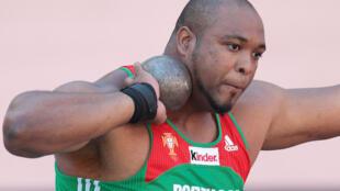 O atleta luso-caboverdeano Marco Fortes em preparação de lançamento.