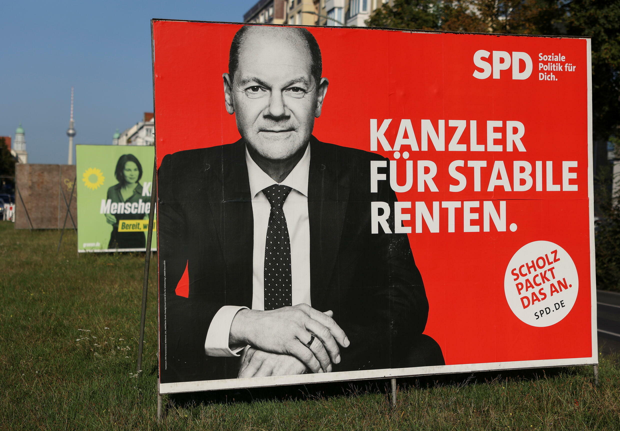 2021-09-14T153528Z_112244679_RC2JPP97IMYM_RTRMADP_3_GERMANY-ELECTION-ELECTION-POSTER