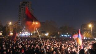 Манифестация на площади Свободы в Ереване 24 февраля 2008 года - одна из акций протеста, последовавших после президентский выборов 19 февраля 2008 года.