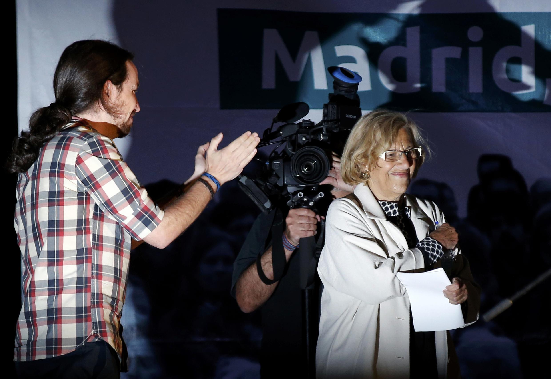Manuela Carmena, possible future maire de Madrid, applaudie par le leader de podemos après les élections municipales et régionales. Madrid, le 25 mai 2015.