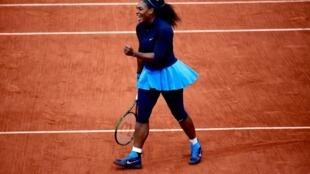 Serena Williams celebrates victory in the 2016 Roland Garros semi-final