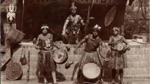 Chef Nyambi et sa troupe au Jardin zoologique d'Acclimatation de Paris, 1937. Photographie de Germain Douaze.