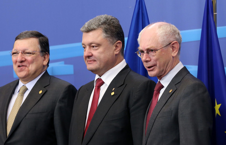 Le président ukrainien Petro Porochenko (c.) aux côtés du président de la Commission européenne José Manuel Barroso et du président du Conseil Herman Van Rompuy, le 27 juin 2014 à Bruxelles.