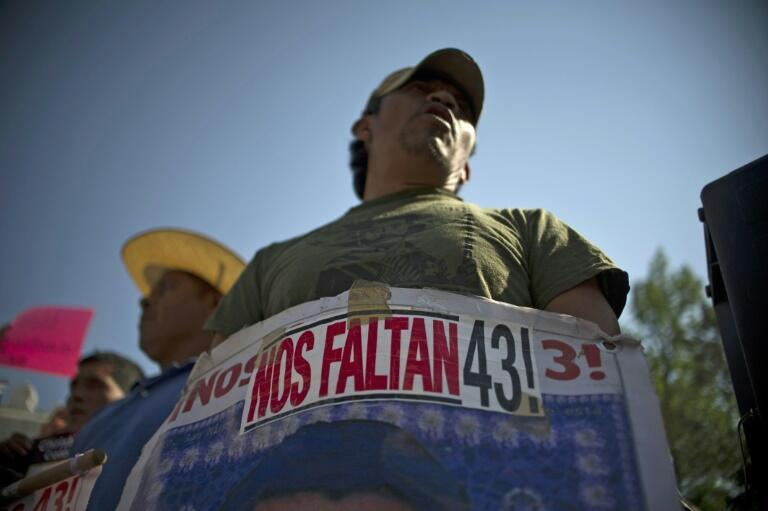 Padres de varios de los 43 estudiantes desaparecidos en 2014 en Ayotzinapa manifestándose en Ciudad de México el 22 de febrero de 2016