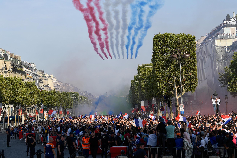 بازیکنان تیم ملی فرانسه در بازگشت از روسیه در خیابان شانزه لیزۀ پاریس از برابر دوستداران خود میگذرند. همزمان گروه هواپیماهای اکروباتیک نیروی هوائی فرانسه، با عبور خود پرچم این کشور را در آسمان ترسیم می کنند - ١۶ ژوئیه ٢٠١٨