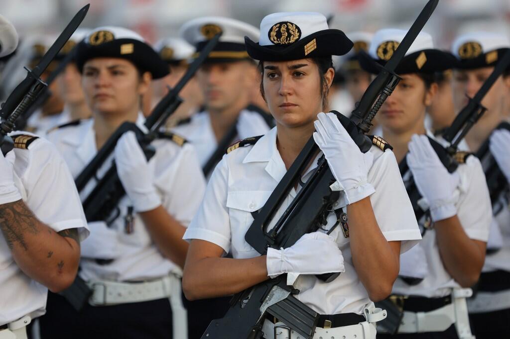 Курсанты военно-медицинского училища на площади Соласия в Париже 12 июля 2020. Репетиция торжественной церемонии праздника 14 июля.